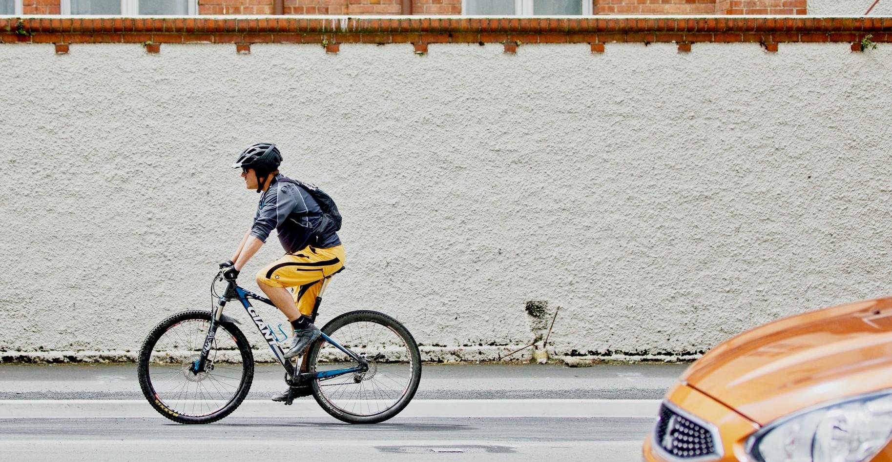 Cyklist och bil
