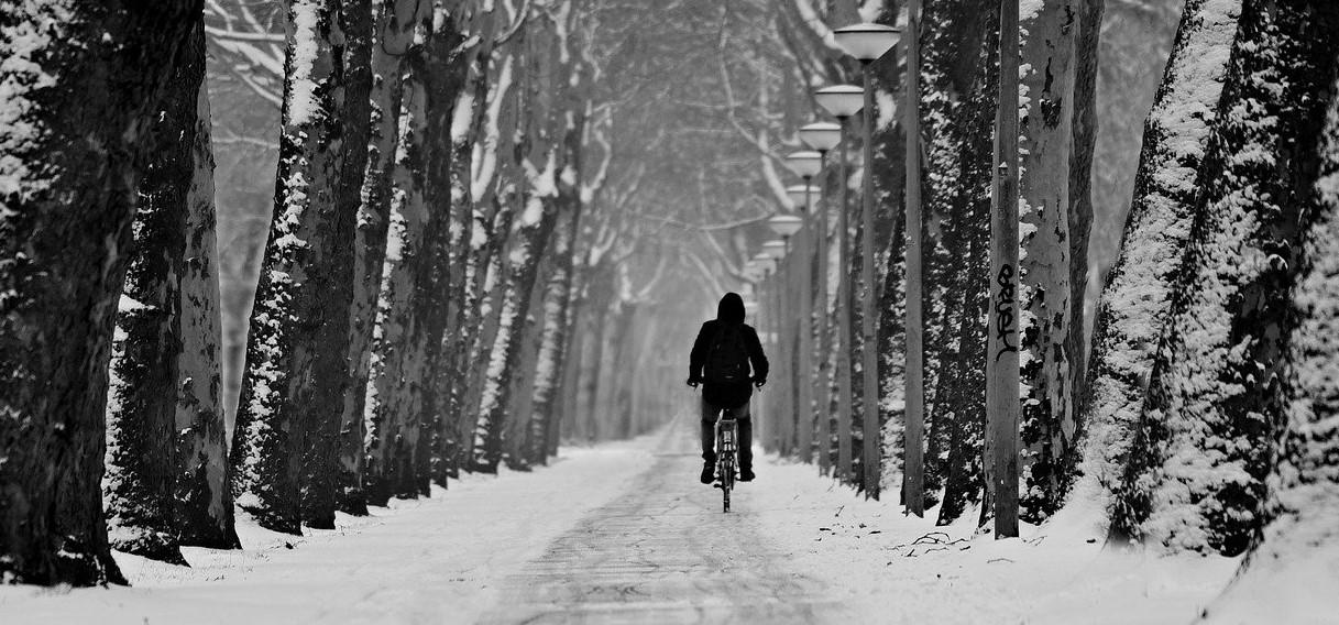 Cyklist på vinterväg