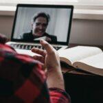 Digitalt möte med en man uppkopplad på en dator