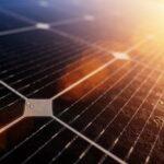 Solceller som solen skiner på